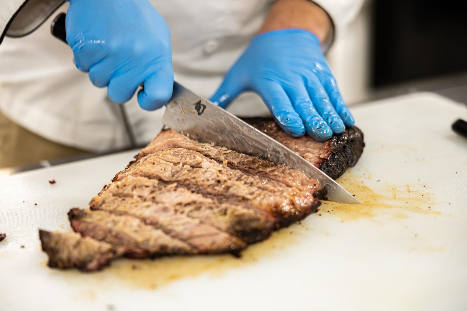 slicing brisket
