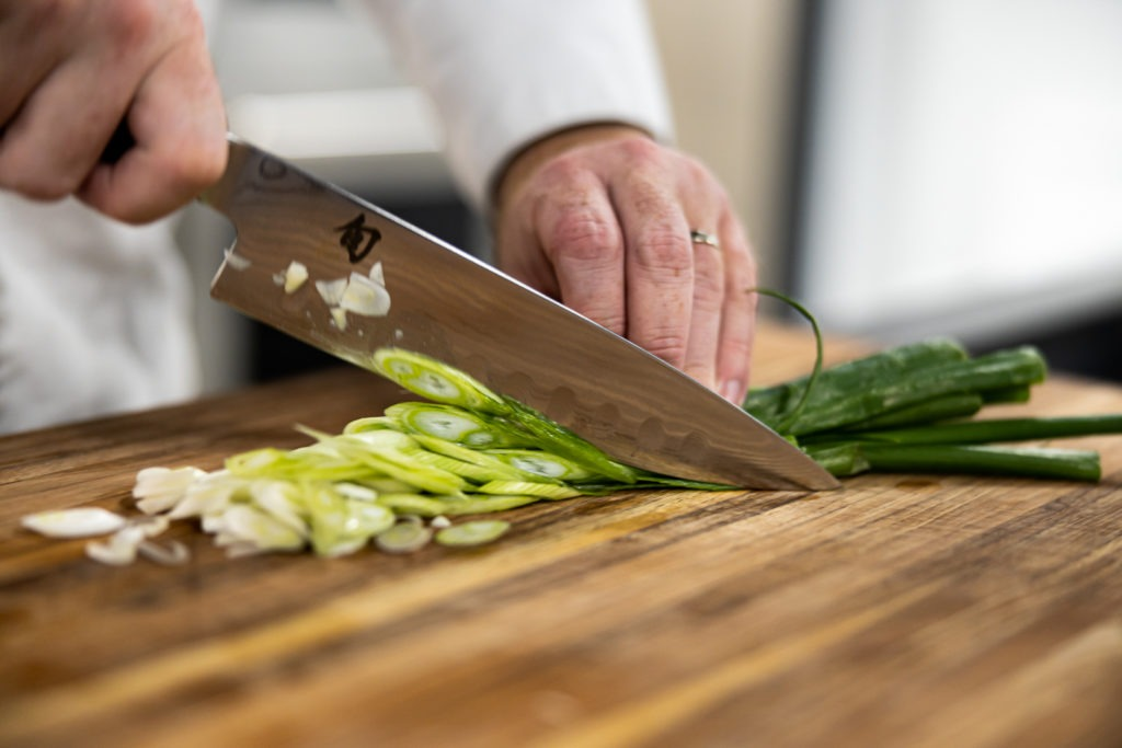 slicing scallions